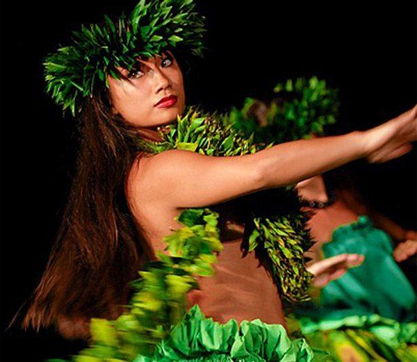 Solo hula dancer | Old Lahaina Luau